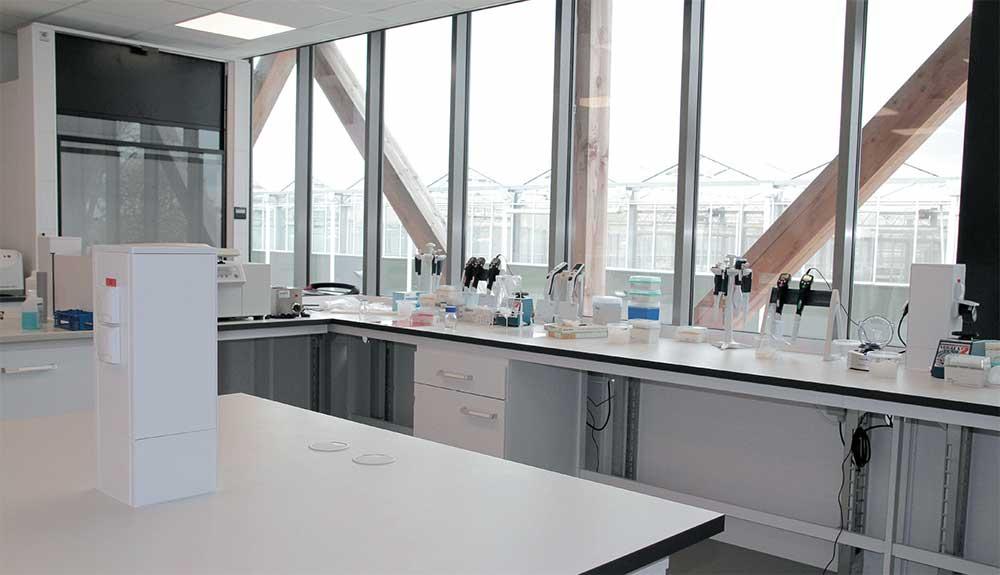 Kwalificaties als open, licht en transparant maken het fijn werken voor de zes onderzoekers in het QA-lab